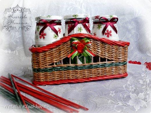 Всем добрый день! Представляю вашему вниманию корзинку с баночками. На ее плетение меня вдохновила одна из этих баночек, которую я сделала еще в прошлом году. В итоге, сделала еще две и сплела под них подставочку. Что из этого вышло - судить вам:) фото 3