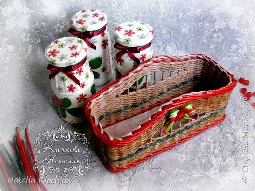 Всем добрый день! Представляю вашему вниманию корзинку с баночками. На ее плетение меня вдохновила одна из этих баночек, которую я сделала еще в прошлом году. В итоге, сделала еще две и сплела под них подставочку. Что из этого вышло - судить вам:) фото 6