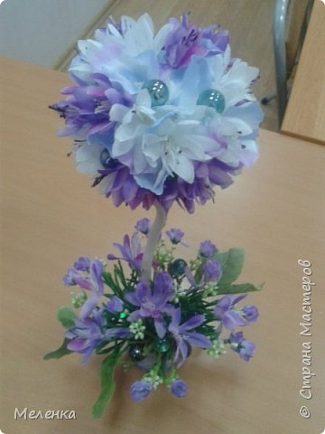 Топиарии изготовлены с применением готовых искусственных цветов, листьев, ягод. фото 2