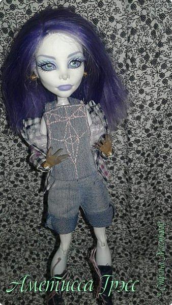 Хей, всем привет! С вами снова я, Аметисса Грэсс, и летние блоги я начну с показа аутфита, который я шила в качестве примера в мой недавно открытый магазин кукольной одежды (ссылку могу дать в лс, если кому надо). Комплект состоит из: -Клетчатой рубашки -Белой трикотажной майки -Джинсового комбинезона с двумя функционирующими карманами спереди. Кеды показывала далеко не один раз. фото 5