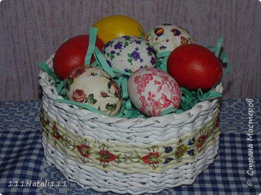 """Добрый день!!! С открытием дачного сезона времени для творчества практически нет. Вот и приходиться в июне """"демонстрировать"""" пасхальные поделки))) Эту """"курочку"""" похожую на голубя (поздно заметила, что ей не хватает гребешка) я сделала из картона и декорировала салфетками. Перепелиные яйца покрасила акриловыми красками. фото 2"""