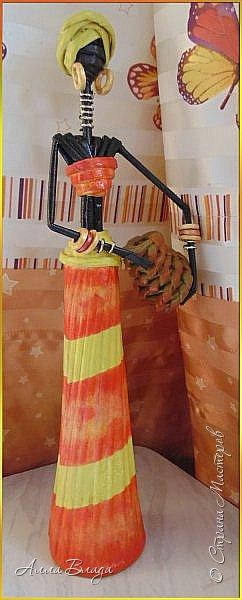 Рост вместе с подставкой 45 см. Узор на одеянии - декупаж из салфетки, украшения из бисера, экзотические фрукты из соленого теста. Подставкой послужила наколка для чеков, без подставки не хотела стоять, падала. фото 15
