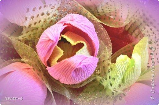 Этот  букет из конфет был сделан мной в подарок на День рождения сестры (это самая первая моя работа). С этого и началось моё увлечение свит - дизайном. Хотелось уйти от обыденности и банальных подарков, и было огромное желание порадовать и удивить именинницу.  Нежный букет из тюльпанов и роз. фото 4