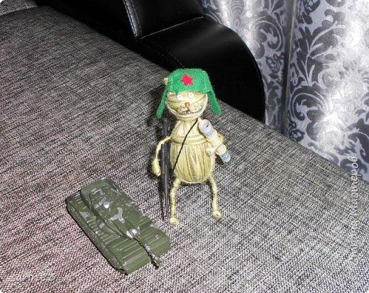 Добрый день! Это кот подарок на день рождения любителю играть в танки. Как обычно хочется подарить что-то необычное и симпатичное, вот и намотался такой товарищ, с автоматом на перевес. Всем спасибо! фото 18