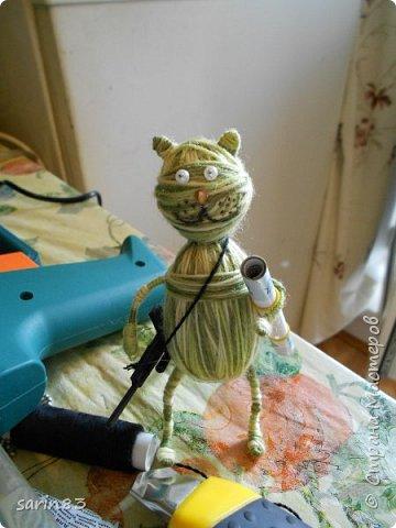 Добрый день! Это кот подарок на день рождения любителю играть в танки. Как обычно хочется подарить что-то необычное и симпатичное, вот и намотался такой товарищ, с автоматом на перевес. Всем спасибо! фото 12