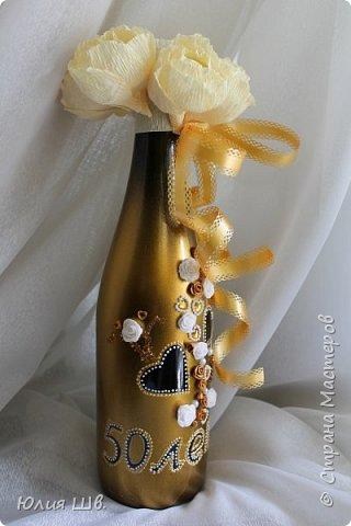 Всем доброго дня! Я с подарочным набором родителям на золотую свадьбу. Розочки из запекаемой пластики, контур, золотая краска из баллончика. В бумажных цветах конфетки. фото 3