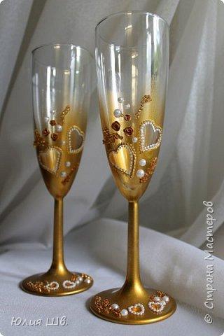Всем доброго дня! Я с подарочным набором родителям на золотую свадьбу. Розочки из запекаемой пластики, контур, золотая краска из баллончика. В бумажных цветах конфетки. фото 4
