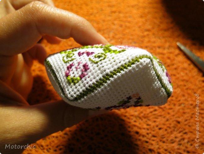 Очень давно меня привлекают бискорню и другие игольницы-кривульки с вышивкой. Эта бискорню стала первой испытуемой, и теперь желание испробовать все варианты таких изделий стало еще больше =) фото 4
