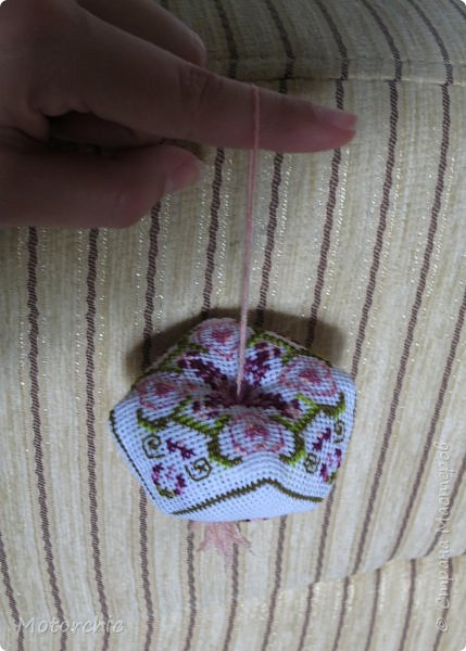 Очень давно меня привлекают бискорню и другие игольницы-кривульки с вышивкой. Эта бискорню стала первой испытуемой, и теперь желание испробовать все варианты таких изделий стало еще больше =) фото 8