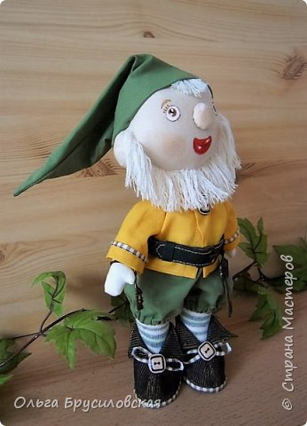 Привет всем в СМ!  Еще одного героя из сказок закончила я шить вчера. Это гномик! Очень я люблю этих милых лесных человечков! В Германии они пользуются особым уважением: во многих дворах, на садовых участках можно увидеть каменные, глиняные, деревянные фигурки гномов. Шила гномика для подарка, но, когда он был готов, поняла, что не смогу с ним расстаться. Оставлю его у себя. Пусть он приносит радость, достаток, удачу в мой дом! фото 5
