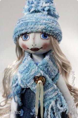 Доброго всем дня!!! Решила показать мои рукоделочки.. куколку и мишуток.. на улице прохладно, и приодела я свою куколку не по летнему..  фото 1