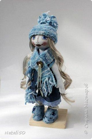 Доброго всем дня!!! Решила показать мои рукоделочки.. куколку и мишуток.. на улице прохладно, и приодела я свою куколку не по летнему..  фото 2