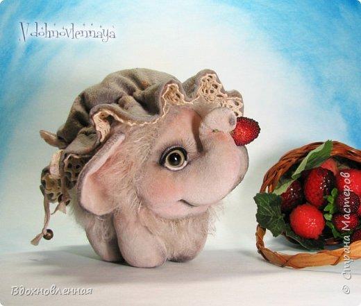 Слоненок Джемчик решил собрть ягоды, что бы отнести их лучшему другу, который заболел. Слоник Джемчик очень пыхтит и старается. Он очень хочет сделать приятное другу! Джемчик необычный маленький, круглый слоник, в пушистой шубке. Он очень похож на ребенка мамонта. Но все же, Джемчик хоть и пушистый, но он пушистый слоник :)  Слоненок Джемчик пошит из очень красивого мохера для тедди. Основа мохера хлопковая, приятного оливкового цвета, а ворс из натуральной шерсти, светло-серого цвета. Такие цветовые переходы создают интересный эффект! Ножки и мордочка сшиты из миништоффа. Панамочка слоника сшита полностью вручную из японского хлопка . Панамочка украшена хлопковым кружевом и шебби лентой. Слоник сшит так же полностью вручную.  Соединения ножек с туловищем выполнены на 4 шплинтах. Слоненок тонирован акрилом и художественной пастелью. Слоник Джемчик приятно тяжелый, круглый, теплый и пушистый! Его так приятно держать в руках! фото 1