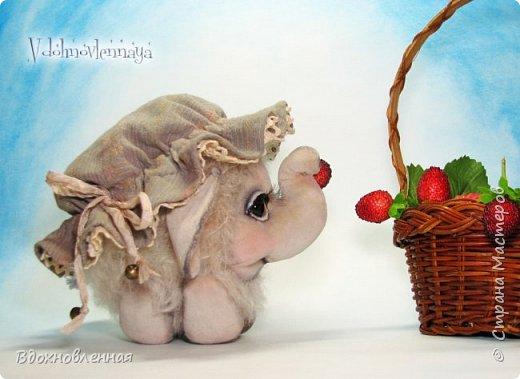 Слоненок Джемчик решил собрть ягоды, что бы отнести их лучшему другу, который заболел. Слоник Джемчик очень пыхтит и старается. Он очень хочет сделать приятное другу! Джемчик необычный маленький, круглый слоник, в пушистой шубке. Он очень похож на ребенка мамонта. Но все же, Джемчик хоть и пушистый, но он пушистый слоник :)  Слоненок Джемчик пошит из очень красивого мохера для тедди. Основа мохера хлопковая, приятного оливкового цвета, а ворс из натуральной шерсти, светло-серого цвета. Такие цветовые переходы создают интересный эффект! Ножки и мордочка сшиты из миништоффа. Панамочка слоника сшита полностью вручную из японского хлопка . Панамочка украшена хлопковым кружевом и шебби лентой. Слоник сшит так же полностью вручную.  Соединения ножек с туловищем выполнены на 4 шплинтах. Слоненок тонирован акрилом и художественной пастелью. Слоник Джемчик приятно тяжелый, круглый, теплый и пушистый! Его так приятно держать в руках! фото 2