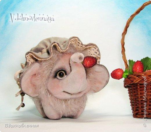 Слоненок Джемчик решил собрть ягоды, что бы отнести их лучшему другу, который заболел. Слоник Джемчик очень пыхтит и старается. Он очень хочет сделать приятное другу! Джемчик необычный маленький, круглый слоник, в пушистой шубке. Он очень похож на ребенка мамонта. Но все же, Джемчик хоть и пушистый, но он пушистый слоник :)  Слоненок Джемчик пошит из очень красивого мохера для тедди. Основа мохера хлопковая, приятного оливкового цвета, а ворс из натуральной шерсти, светло-серого цвета. Такие цветовые переходы создают интересный эффект! Ножки и мордочка сшиты из миништоффа. Панамочка слоника сшита полностью вручную из японского хлопка . Панамочка украшена хлопковым кружевом и шебби лентой. Слоник сшит так же полностью вручную.  Соединения ножек с туловищем выполнены на 4 шплинтах. Слоненок тонирован акрилом и художественной пастелью. Слоник Джемчик приятно тяжелый, круглый, теплый и пушистый! Его так приятно держать в руках! фото 3