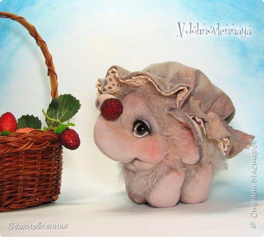 Слоненок Джемчик решил собрть ягоды, что бы отнести их лучшему другу, который заболел. Слоник Джемчик очень пыхтит и старается. Он очень хочет сделать приятное другу! Джемчик необычный маленький, круглый слоник, в пушистой шубке. Он очень похож на ребенка мамонта. Но все же, Джемчик хоть и пушистый, но он пушистый слоник :)  Слоненок Джемчик пошит из очень красивого мохера для тедди. Основа мохера хлопковая, приятного оливкового цвета, а ворс из натуральной шерсти, светло-серого цвета. Такие цветовые переходы создают интересный эффект! Ножки и мордочка сшиты из миништоффа. Панамочка слоника сшита полностью вручную из японского хлопка . Панамочка украшена хлопковым кружевом и шебби лентой. Слоник сшит так же полностью вручную.  Соединения ножек с туловищем выполнены на 4 шплинтах. Слоненок тонирован акрилом и художественной пастелью. Слоник Джемчик приятно тяжелый, круглый, теплый и пушистый! Его так приятно держать в руках! фото 4