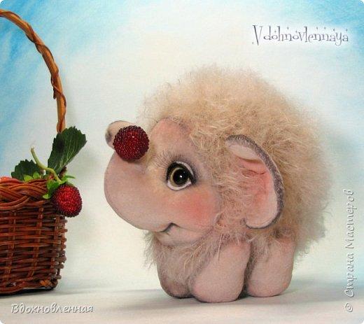 Слоненок Джемчик решил собрть ягоды, что бы отнести их лучшему другу, который заболел. Слоник Джемчик очень пыхтит и старается. Он очень хочет сделать приятное другу! Джемчик необычный маленький, круглый слоник, в пушистой шубке. Он очень похож на ребенка мамонта. Но все же, Джемчик хоть и пушистый, но он пушистый слоник :)  Слоненок Джемчик пошит из очень красивого мохера для тедди. Основа мохера хлопковая, приятного оливкового цвета, а ворс из натуральной шерсти, светло-серого цвета. Такие цветовые переходы создают интересный эффект! Ножки и мордочка сшиты из миништоффа. Панамочка слоника сшита полностью вручную из японского хлопка . Панамочка украшена хлопковым кружевом и шебби лентой. Слоник сшит так же полностью вручную.  Соединения ножек с туловищем выполнены на 4 шплинтах. Слоненок тонирован акрилом и художественной пастелью. Слоник Джемчик приятно тяжелый, круглый, теплый и пушистый! Его так приятно держать в руках! фото 5