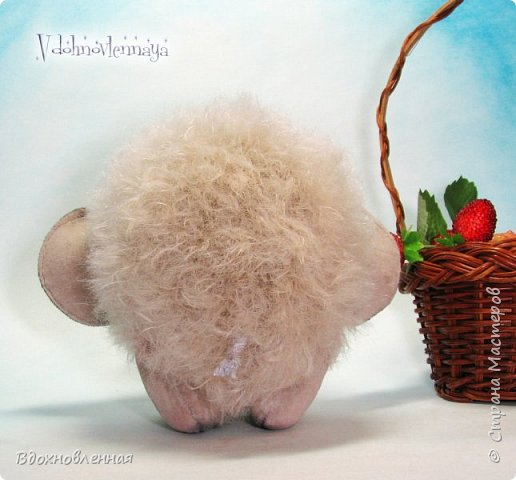 Слоненок Джемчик решил собрть ягоды, что бы отнести их лучшему другу, который заболел. Слоник Джемчик очень пыхтит и старается. Он очень хочет сделать приятное другу! Джемчик необычный маленький, круглый слоник, в пушистой шубке. Он очень похож на ребенка мамонта. Но все же, Джемчик хоть и пушистый, но он пушистый слоник :)  Слоненок Джемчик пошит из очень красивого мохера для тедди. Основа мохера хлопковая, приятного оливкового цвета, а ворс из натуральной шерсти, светло-серого цвета. Такие цветовые переходы создают интересный эффект! Ножки и мордочка сшиты из миништоффа. Панамочка слоника сшита полностью вручную из японского хлопка . Панамочка украшена хлопковым кружевом и шебби лентой. Слоник сшит так же полностью вручную.  Соединения ножек с туловищем выполнены на 4 шплинтах. Слоненок тонирован акрилом и художественной пастелью. Слоник Джемчик приятно тяжелый, круглый, теплый и пушистый! Его так приятно держать в руках! фото 7