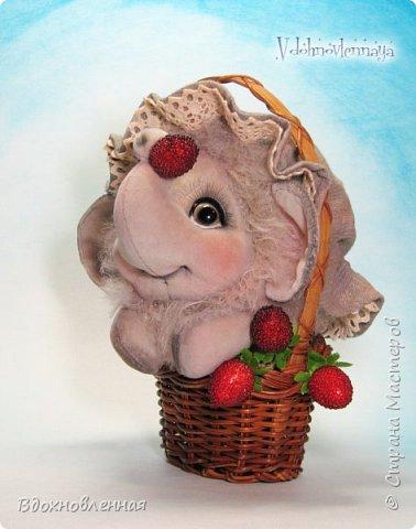 Слоненок Джемчик решил собрть ягоды, что бы отнести их лучшему другу, который заболел. Слоник Джемчик очень пыхтит и старается. Он очень хочет сделать приятное другу! Джемчик необычный маленький, круглый слоник, в пушистой шубке. Он очень похож на ребенка мамонта. Но все же, Джемчик хоть и пушистый, но он пушистый слоник :)  Слоненок Джемчик пошит из очень красивого мохера для тедди. Основа мохера хлопковая, приятного оливкового цвета, а ворс из натуральной шерсти, светло-серого цвета. Такие цветовые переходы создают интересный эффект! Ножки и мордочка сшиты из миништоффа. Панамочка слоника сшита полностью вручную из японского хлопка . Панамочка украшена хлопковым кружевом и шебби лентой. Слоник сшит так же полностью вручную.  Соединения ножек с туловищем выполнены на 4 шплинтах. Слоненок тонирован акрилом и художественной пастелью. Слоник Джемчик приятно тяжелый, круглый, теплый и пушистый! Его так приятно держать в руках! фото 9