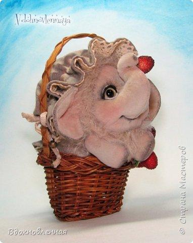 Слоненок Джемчик решил собрть ягоды, что бы отнести их лучшему другу, который заболел. Слоник Джемчик очень пыхтит и старается. Он очень хочет сделать приятное другу! Джемчик необычный маленький, круглый слоник, в пушистой шубке. Он очень похож на ребенка мамонта. Но все же, Джемчик хоть и пушистый, но он пушистый слоник :)  Слоненок Джемчик пошит из очень красивого мохера для тедди. Основа мохера хлопковая, приятного оливкового цвета, а ворс из натуральной шерсти, светло-серого цвета. Такие цветовые переходы создают интересный эффект! Ножки и мордочка сшиты из миништоффа. Панамочка слоника сшита полностью вручную из японского хлопка . Панамочка украшена хлопковым кружевом и шебби лентой. Слоник сшит так же полностью вручную.  Соединения ножек с туловищем выполнены на 4 шплинтах. Слоненок тонирован акрилом и художественной пастелью. Слоник Джемчик приятно тяжелый, круглый, теплый и пушистый! Его так приятно держать в руках! фото 10