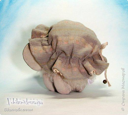 Слоненок Джемчик решил собрть ягоды, что бы отнести их лучшему другу, который заболел. Слоник Джемчик очень пыхтит и старается. Он очень хочет сделать приятное другу! Джемчик необычный маленький, круглый слоник, в пушистой шубке. Он очень похож на ребенка мамонта. Но все же, Джемчик хоть и пушистый, но он пушистый слоник :)  Слоненок Джемчик пошит из очень красивого мохера для тедди. Основа мохера хлопковая, приятного оливкового цвета, а ворс из натуральной шерсти, светло-серого цвета. Такие цветовые переходы создают интересный эффект! Ножки и мордочка сшиты из миништоффа. Панамочка слоника сшита полностью вручную из японского хлопка . Панамочка украшена хлопковым кружевом и шебби лентой. Слоник сшит так же полностью вручную.  Соединения ножек с туловищем выполнены на 4 шплинтах. Слоненок тонирован акрилом и художественной пастелью. Слоник Джемчик приятно тяжелый, круглый, теплый и пушистый! Его так приятно держать в руках! фото 13