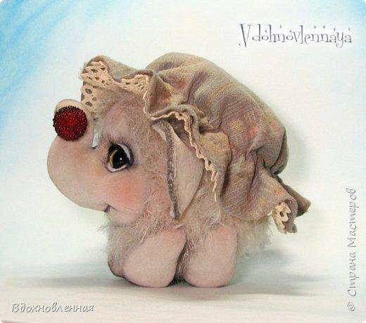 Слоненок Джемчик решил собрть ягоды, что бы отнести их лучшему другу, который заболел. Слоник Джемчик очень пыхтит и старается. Он очень хочет сделать приятное другу! Джемчик необычный маленький, круглый слоник, в пушистой шубке. Он очень похож на ребенка мамонта. Но все же, Джемчик хоть и пушистый, но он пушистый слоник :)  Слоненок Джемчик пошит из очень красивого мохера для тедди. Основа мохера хлопковая, приятного оливкового цвета, а ворс из натуральной шерсти, светло-серого цвета. Такие цветовые переходы создают интересный эффект! Ножки и мордочка сшиты из миништоффа. Панамочка слоника сшита полностью вручную из японского хлопка . Панамочка украшена хлопковым кружевом и шебби лентой. Слоник сшит так же полностью вручную.  Соединения ножек с туловищем выполнены на 4 шплинтах. Слоненок тонирован акрилом и художественной пастелью. Слоник Джемчик приятно тяжелый, круглый, теплый и пушистый! Его так приятно держать в руках! фото 14