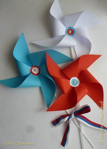 Решила сделать вертушки трёх цветов , как флаг колышется ветром так и вертушки крутятся от ветра поднимают настроение . С Днём России!!!