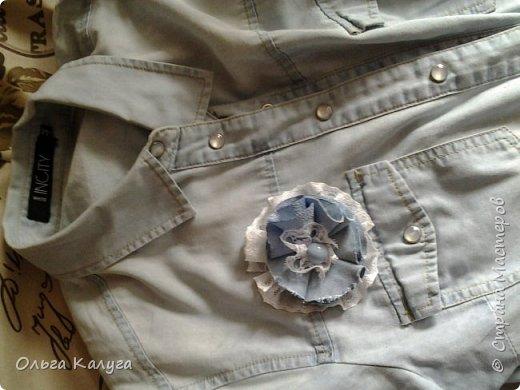 Дочкина рубашка стала скучной и неинтересной.. и мы решили украсить её! Но по одной я не умею делать, получилось несколько брошек-украшалок! фото 5