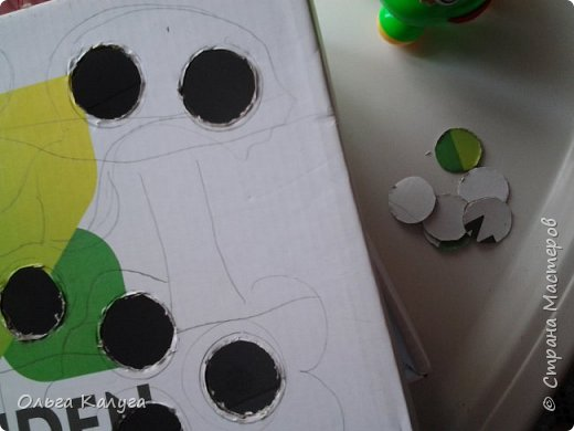 Развивающая коробка для тренировки мелкой моторики.  Потребуется: 1. Пластиковые бутылки и разноцветные крышечки от них; 2. Коробка от обуви; 3. Краски ( я раскрашивала акриловыми, т.к. гуашь и акварель плохо ложилась на глянцевую поверхность крышки от коробки); 4. Скотч, клей фото 3