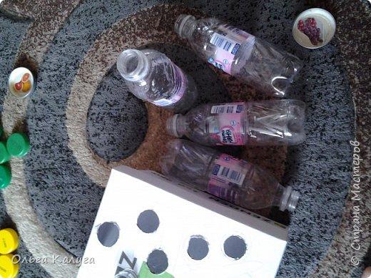 Развивающая коробка для тренировки мелкой моторики.  Потребуется: 1. Пластиковые бутылки и разноцветные крышечки от них; 2. Коробка от обуви; 3. Краски ( я раскрашивала акриловыми, т.к. гуашь и акварель плохо ложилась на глянцевую поверхность крышки от коробки); 4. Скотч, клей фото 4