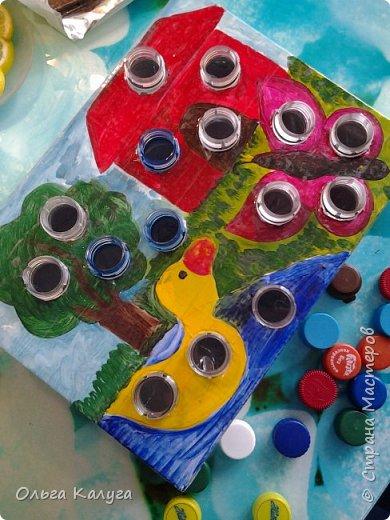 Развивающая коробка для тренировки мелкой моторики.  Потребуется: 1. Пластиковые бутылки и разноцветные крышечки от них; 2. Коробка от обуви; 3. Краски ( я раскрашивала акриловыми, т.к. гуашь и акварель плохо ложилась на глянцевую поверхность крышки от коробки); 4. Скотч, клей фото 1