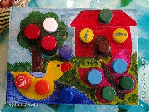 Развивающая коробка для тренировки мелкой моторики.  Потребуется: 1. Пластиковые бутылки и разноцветные крышечки от них; 2. Коробка от обуви; 3. Краски ( я раскрашивала акриловыми, т.к. гуашь и акварель плохо ложилась на глянцевую поверхность крышки от коробки); 4. Скотч, клей фото 9