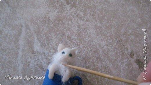 Здравствуйте! Уважаемая Страна Мастеров!!! С праздником вас, с Днем России! К этому знаменательному Дню решила смастерить, (если можно так сказать), вот такую кружечку с котенком. Это изделие сочетает в себе 3 цвета: Белого котенка, синюю кружку и красное блюдце.  фото 17