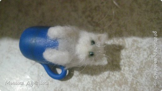 Здравствуйте! Уважаемая Страна Мастеров!!! С праздником вас, с Днем России! К этому знаменательному Дню решила смастерить, (если можно так сказать), вот такую кружечку с котенком. Это изделие сочетает в себе 3 цвета: Белого котенка, синюю кружку и красное блюдце.  фото 20