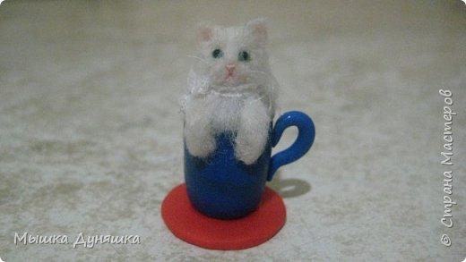 Здравствуйте! Уважаемая Страна Мастеров!!! С праздником вас, с Днем России! К этому знаменательному Дню решила смастерить, (если можно так сказать), вот такую кружечку с котенком. Это изделие сочетает в себе 3 цвета: Белого котенка, синюю кружку и красное блюдце.  фото 2