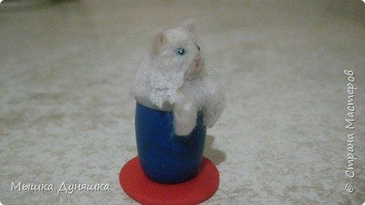Здравствуйте! Уважаемая Страна Мастеров!!! С праздником вас, с Днем России! К этому знаменательному Дню решила смастерить, (если можно так сказать), вот такую кружечку с котенком. Это изделие сочетает в себе 3 цвета: Белого котенка, синюю кружку и красное блюдце.  фото 3