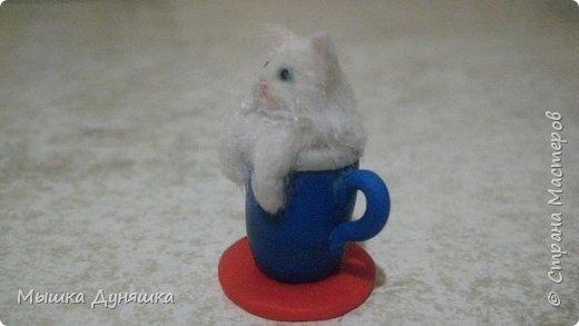 Здравствуйте! Уважаемая Страна Мастеров!!! С праздником вас, с Днем России! К этому знаменательному Дню решила смастерить, (если можно так сказать), вот такую кружечку с котенком. Это изделие сочетает в себе 3 цвета: Белого котенка, синюю кружку и красное блюдце.  фото 4