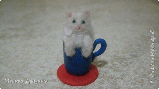 Здравствуйте! Уважаемая Страна Мастеров!!! С праздником вас, с Днем России! К этому знаменательному Дню решила смастерить, (если можно так сказать), вот такую кружечку с котенком. Это изделие сочетает в себе 3 цвета: Белого котенка, синюю кружку и красное блюдце.  фото 1