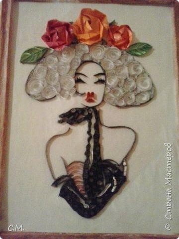 Леди -элегантность. Эта картина создана из макета для вышивки. По этому эскизу работают многие мастера. Я отобразила ее в своей интерпретации. Применила технику квиллинга классического и контурного совместно с элементами оригами.