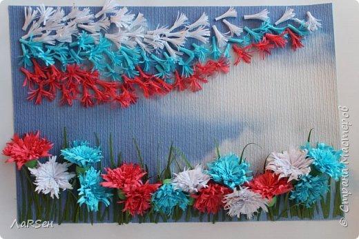 """Добрый день! Я никогда не делала подобные работы. Первый мой опыт по созданию картины, панно... Да и в квиллинге новичок. Работа названа """"Васильковое поле"""". Идея - поле и летят  листья, листочки, тычинки и ветер раздувает их, как флаг на ветру. Удалось ли реализовать идею, вам судить.  фото 2"""