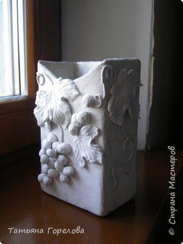 Баночка сделана из коробки под молоко. Понравилась больше не крашенной. Много было разных вариантов декора, однако приняла решение остановиться на виноградной лозе, так как считаю ее не самой сложной. фото 1