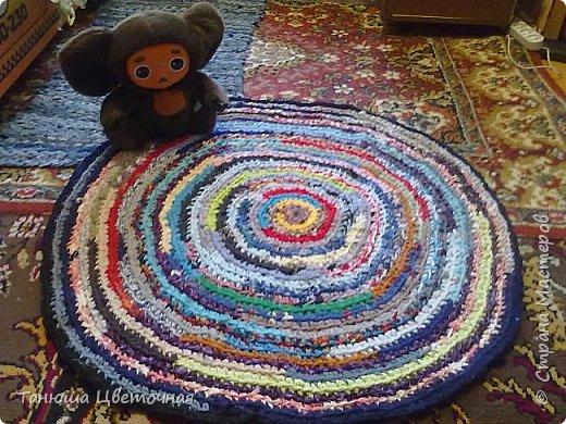 Этот коврик я связала в подарок для тетушки.И  чего в нем только нет,даже детские носочки,колготки,...И вот он такой веселый и цветастый))) фото 1