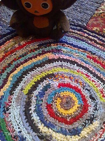 Этот коврик я связала в подарок для тетушки.И  чего в нем только нет,даже детские носочки,колготки,...И вот он такой веселый и цветастый))) фото 2