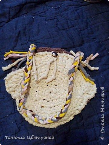 Здравствуйте жители страны и гости. Одна знакомая отдала много вещей ненужных для моих ковриков,в знак благодарности связала я для ее дочи такую сумочку.С хемы тут никакой дать не могу,потому что все на глазик,фантазия)))   фото 6