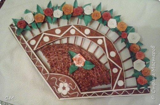 Этот  веер  аналоговая имитация. Очень понравилась идея и мне захотелось повторить.Вот только применила свою идею оформления. Декорировала цветами,салфетными жгутиками и бумажными трубочками.Сделала декупаж салфеткой внутреннюю полосу веера и раскрасила,чтобы немного придать старинный вид изделию.