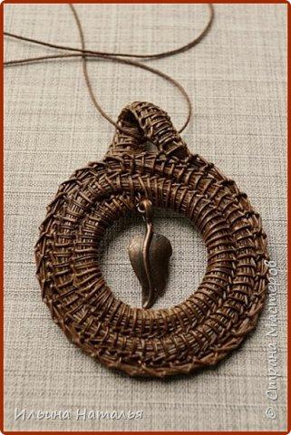 Кулон сплетен безниточным способом из иглы сосны итальянской. Общая высота 8 см., внешний диаметр 6 см., внутренний - 3 см.  фото 1