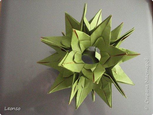 Моя версия кусудамы Dinara Marcia Moura-Я загнула предвоследнюю складку в другую сторону.Получилось отверстие побольше. Теперь сюда можно вставить любой цветочек,не только плоский ,но и типа лилии или тюльпана Авторская версия (http://www.origamichile.cl/gui/diagramas/pdf/dinara.pdf) фото 1