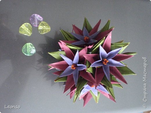 Моя версия кусудамы Dinara Marcia Moura-Я загнула предвоследнюю складку в другую сторону.Получилось отверстие побольше. Теперь сюда можно вставить любой цветочек,не только плоский ,но и типа лилии или тюльпана Авторская версия (http://www.origamichile.cl/gui/diagramas/pdf/dinara.pdf) фото 2