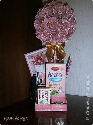 Мой очередной офисный топик из яичных картонных лотков. В этот раз краска попалась насыщенная розовая. Оттенила белым и золотым. фото 1