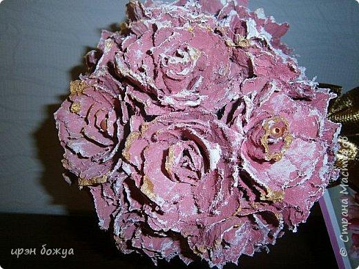 Мой очередной офисный топик из яичных картонных лотков. В этот раз краска попалась насыщенная розовая. Оттенила белым и золотым. фото 2